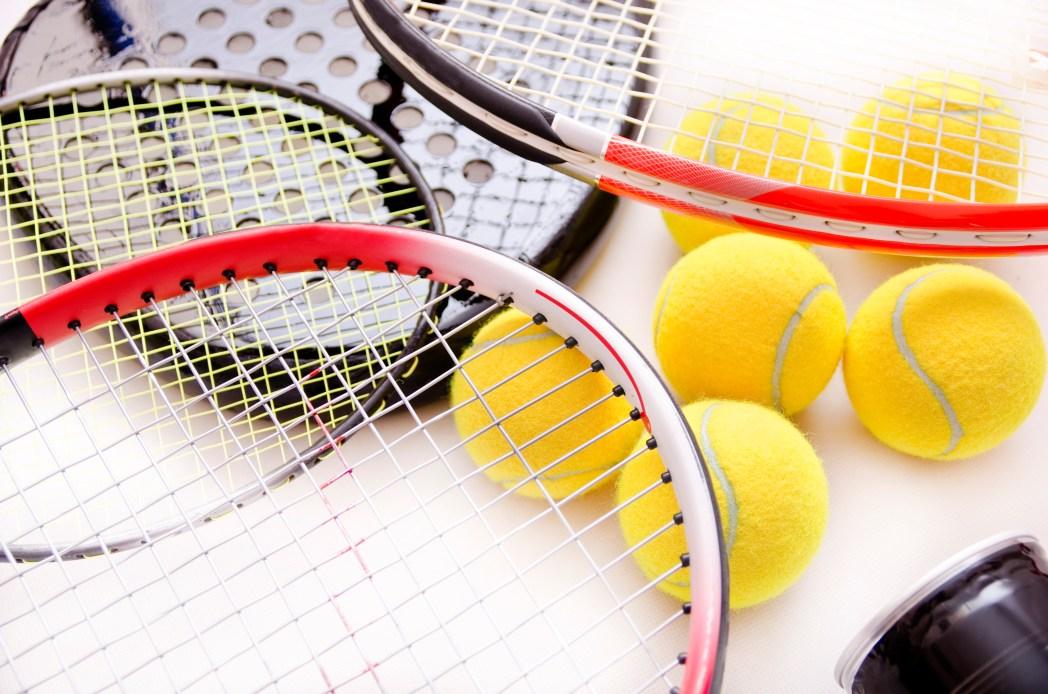 Badmintonschläger und Bälle